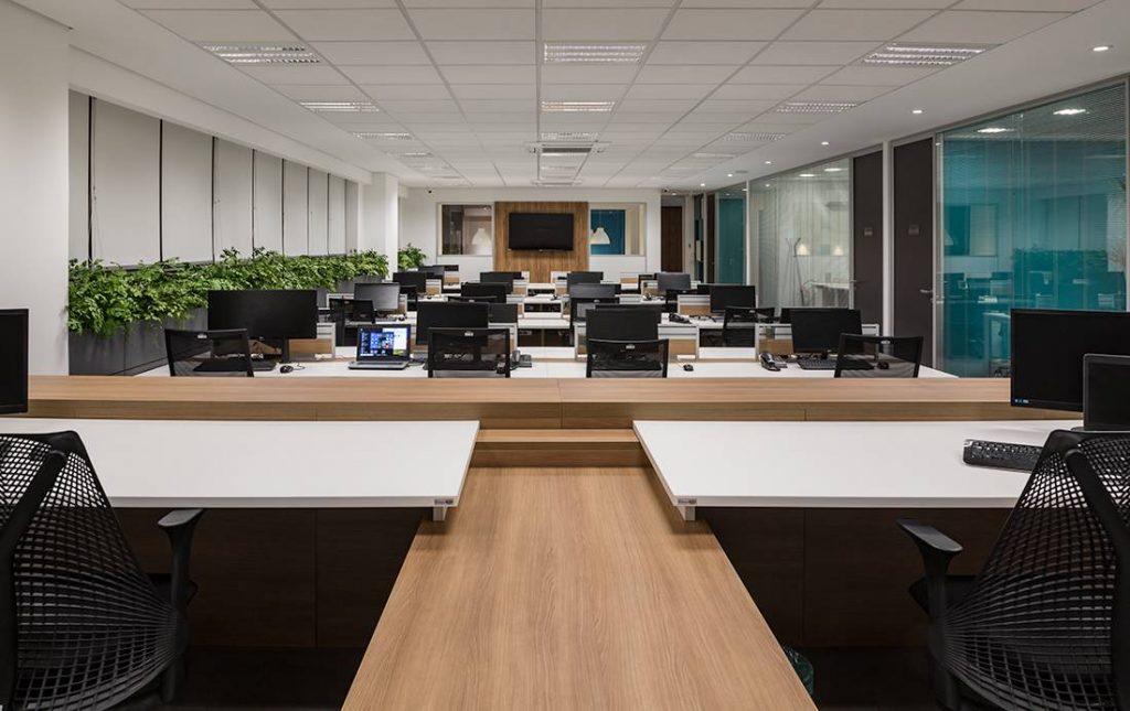 imagem de sala comercial com mesa e cadeiras